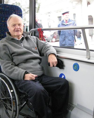 Bild von einem Mann im Rollstuhl im Rollstuhlbereich in einem Zug