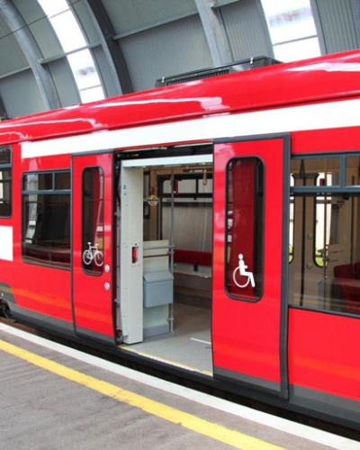 Foto von der Lokalbahn mit offenen Türen für den ebenen Eintritt für Farräder und Rollstuhlfahrer