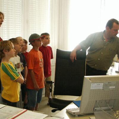 Ein Kindergruppe im Büro vom Stadtbus