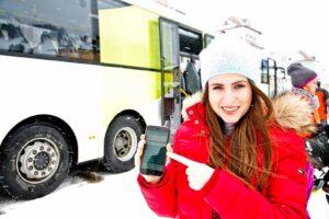 Frau mit Handy am Display Salzburg Verkehr-App
