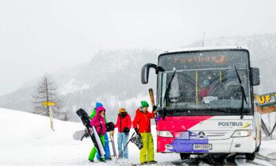 Bild miz Tennagern die in denn Bus einsteigen im Winter