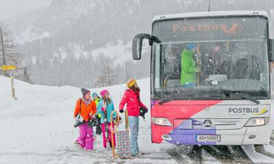 Bild mit Kindern die vom Skifahren in denn Bus einsteigen
